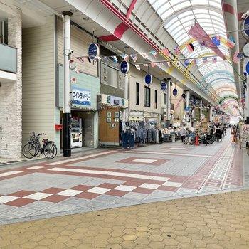 【周辺環境】周辺はアーケード商店街が複雑に伸びています。そしてちょっと歩くと、大通りと駅前です。