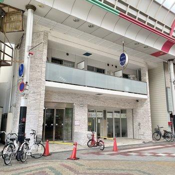商店街の入り口にあるマンションです。