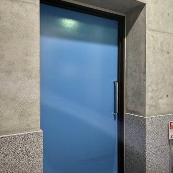 【共用部】屋上階は狭く、大きなスライドドアがどーんと。開けると、