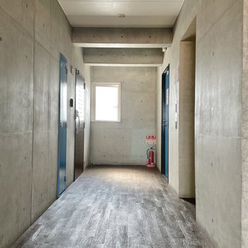 【共用部】廊下は小洒落た感じ。1フロアに2部屋です。さてこちら、実は屋上に出られます。