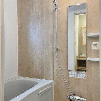 浴室は木目調になっていて、落ち着く……いつもよりゆったりしたバスタイムを過ごせそう。