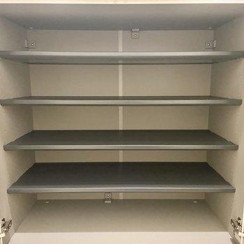 シューズボックスは1段に3足ほど入る幅があります。棚板を外すと厚底の靴なども入れられますよ。