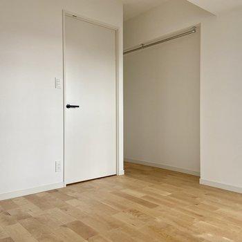 【洋室】シンプルなお部屋ですがなにやら奥に続いています……
