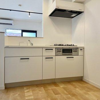 【LDK】収納たっぷりのシステムキッチン。サラッとした白でお手入れもしやすそう。