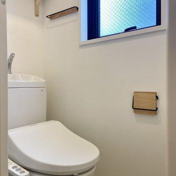 温水洗浄便座つき。ペーパーホルダーやタオルホルダーの無垢×アイアンの設えもこだわりです。