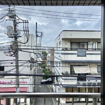 【眺望】こちらは通りを向いているのでひらけています。