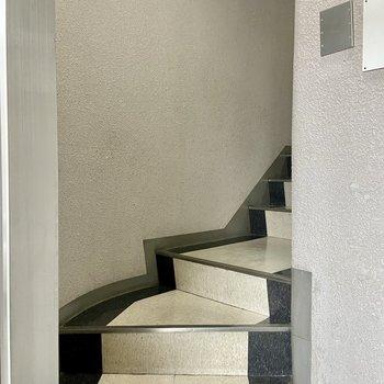 EVホールまで数段の階段があります。