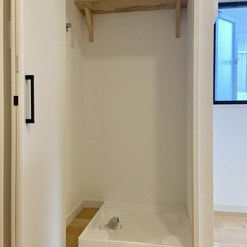 【LDK】洗濯機はこちらに置くことができます。普段は扉を閉めておくと視覚的にもスッキリ!