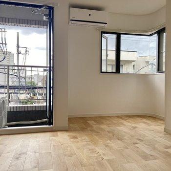 【洋室】こちらのお部屋も二面採光です。角の窓はアールになっていて視界良好!