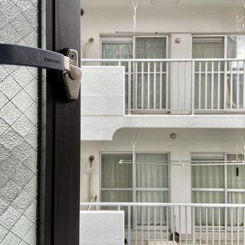 【LDK 小窓】こちらは斜めに開く窓なので視線は特に気になりません。