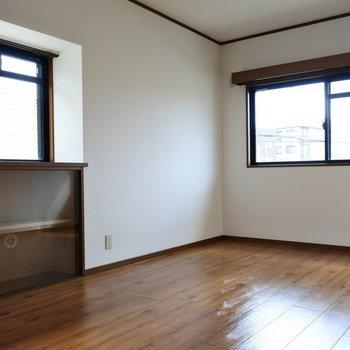 こちら大きい方の寝室。窓際の棚には何置こうかな。