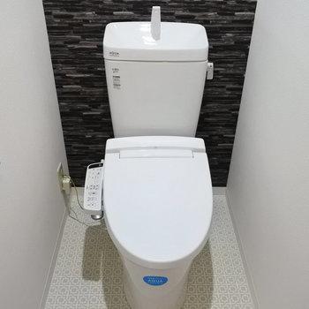 玄関横にトイレ。ウォシュレット完備。