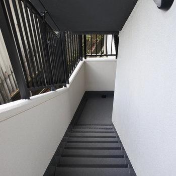 階段がせまいので家具搬入は慎重に。