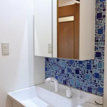 洗面は青いタイルが可愛らしい。
