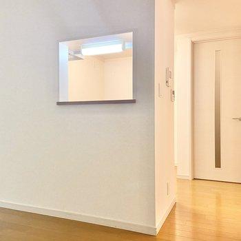 【LDK】お次はかわいらしい小窓付きのキッチンへ。