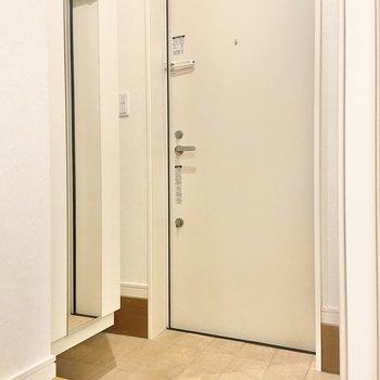 玄関はこちら。少し段差が高めなのでお気をつけて。