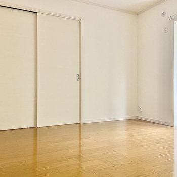 【洋室】お隣の洋室へ。