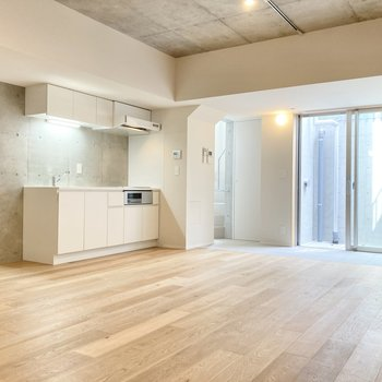 こちらは壁の1面もコンクリートで、床はフローリングに。落ち着いた印象が感じられます。