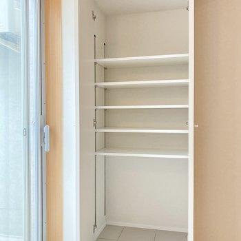 可動式の棚板で収納の仕方自由。