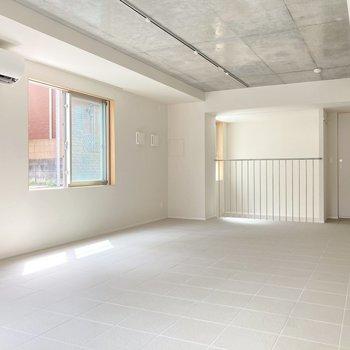 白の床と壁、コンクリの天井。すっきりシンプルな印象です。