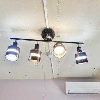 照明や天井のデザインもポイントですよ〜。