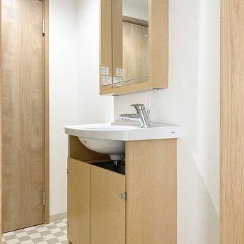 木枠の独立洗面台であたたかい雰囲気です。