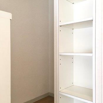 後ろには冷蔵庫スペースもあります。(※写真は7階の同間取り別部屋のものです)