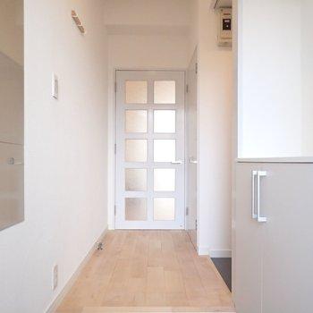 【イメージ】玄関にはグレーのCFを。※写真は同間取り別部屋のものです