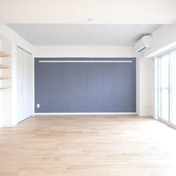 広いリビングは家具の配置も自由!アクセントクロスの色味は変わります※写真は同間取り別部屋のものです
