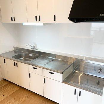 キッチンは既存利用ですが、白色のシート張りで雰囲気が変わりました!