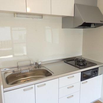 キッチンは2口グリル、高性能浄水器付き!お料理もしっかりできますよ