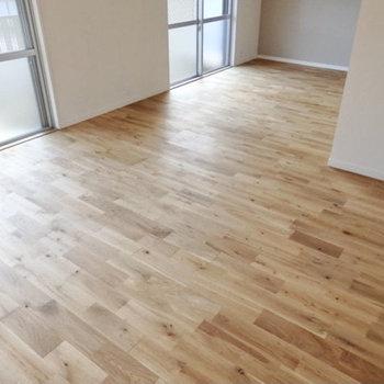 足元は無垢材の床。気持ちいいなぁ♩