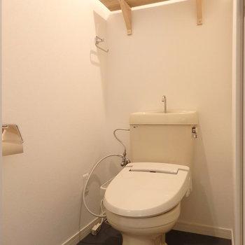 トイレには棚などを付けました