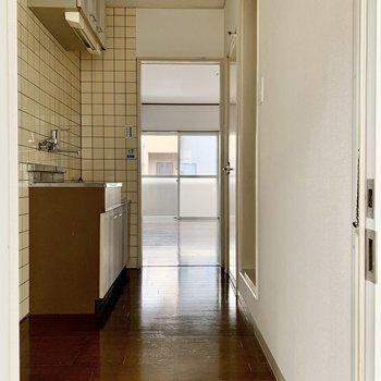 玄関から見ると。幅があってゆったりめ。