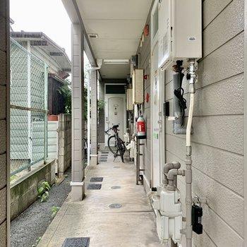 共用廊下は雨をしのげます。モニターフォン付きですよ。