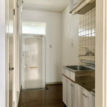 廊下側。右奥のスペースに冷蔵庫やシューズラックを。