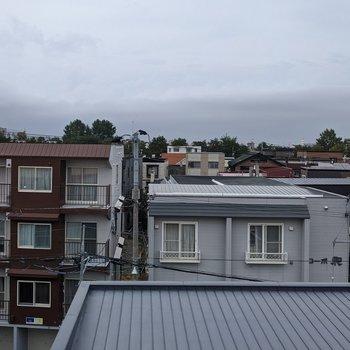 キッチン横の窓からの景色です。周辺の建物を見渡すことができます。