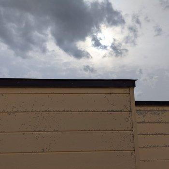 大きな窓の正面は隣の建物が近くにありますが、空を眺めることはできます。