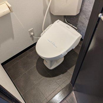 温水便座機能付きのトイレですよ〜。
