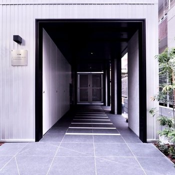 シンプルで品の良い建物入り口。