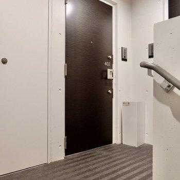 玄関前。ブラックのドアが素敵。