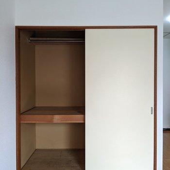 押し入れは2段になっています。大きな布団も収納できますよ。