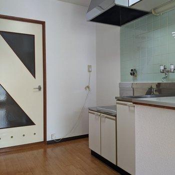 キッチンは玄関から入ってすぐにあります。