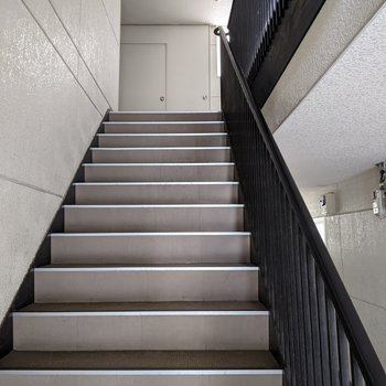 入り口を入ってすぐの階段があります。オートロックはありません。
