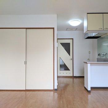 ベッド、テーブルなど基本的な家具はしっかりと置くことができます。