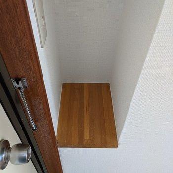 玄関に小物置きがあります。芳香剤やお花を置くといいですね!