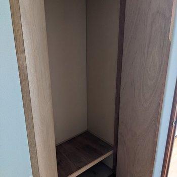 クローゼットは玄関横に1箇所あります。掃除機なども収納できます。
