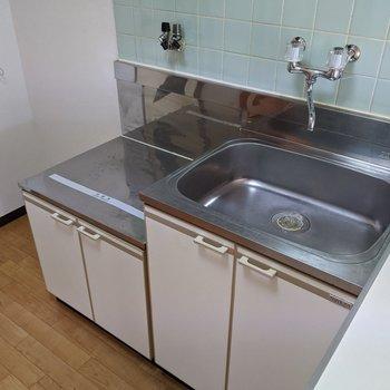 キッチン横には冷蔵庫を置くスペースがあります。コンロは持ち込みですよ。