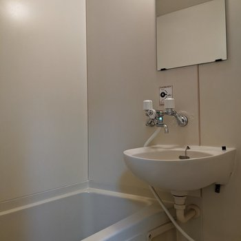 浴室と洗面台が同じ部屋の2点ユニットです。