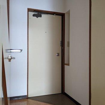 身支度のしやすい広めの玄関スペースです。